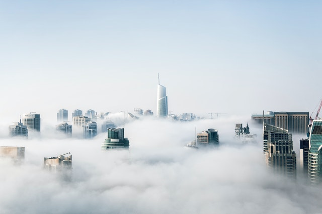 gratte ciel et nuages