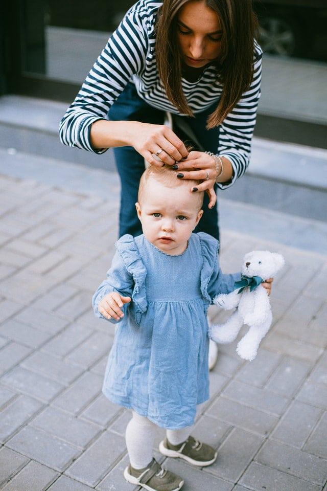Fille et sa mère qui la supervise